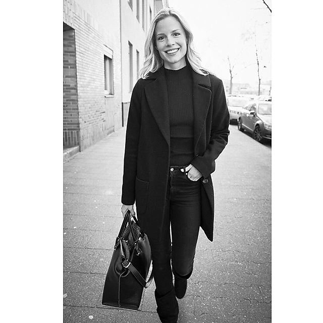 "Part of ""20 minutes with ..."" beautiful @barbaraseck #menschfotograf #michaelimhof #LeicaCamera #LeicaQ  #blackandwhitepic #citylove #streetwearfashion #streetphotography_bw  #lifestyles #modelagency #peterlindbergh #authenticlife #outofcamera #profession"
